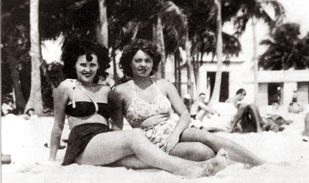 Elizabeth (izquierda) junto a una amiga