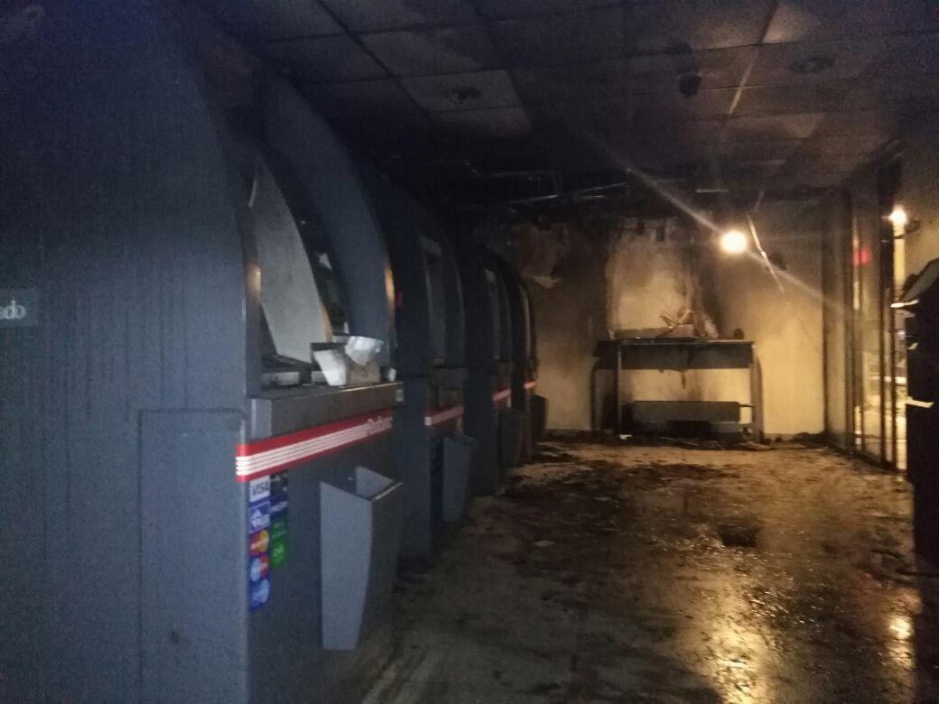Sucursal de Banco Estado afectada por explosión