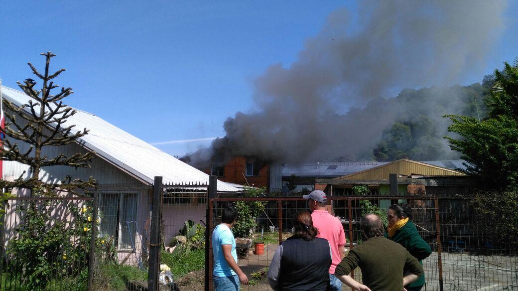 Incendio afecta a casa interior que colinda con bodega en Villa Olímpica de Temuco