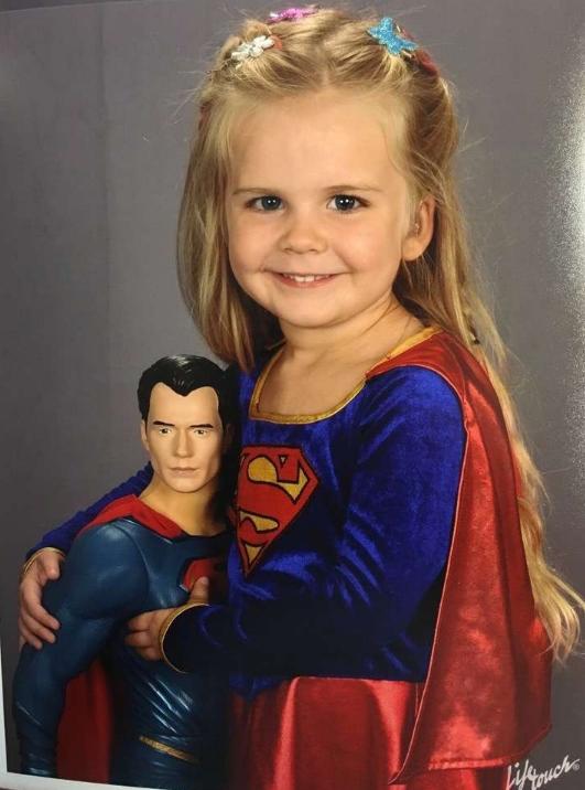 Niña sorda se toma foto escolar vestida de SuperGirl