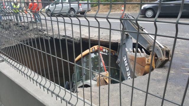 Retroexcavadora cayó a zanja en sector de Santos Ossa en Valparaíso