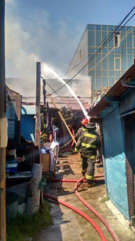 Incendio afectó a bodega de supermercado en la ciudad de Viña del Mar y llegó a las viviendas aledañas