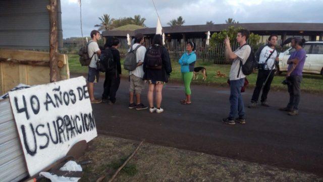 Familia Hito se manifiesta frente a hotel Hanga Roa en la Isla de Pascua