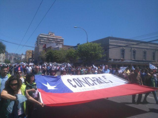Empleados públicos de Valparaíso protestan en las calles de la ciudad por reajuste salarial.