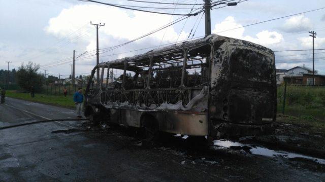 Bus resulta completamente incendiado esta tarde en Temuco