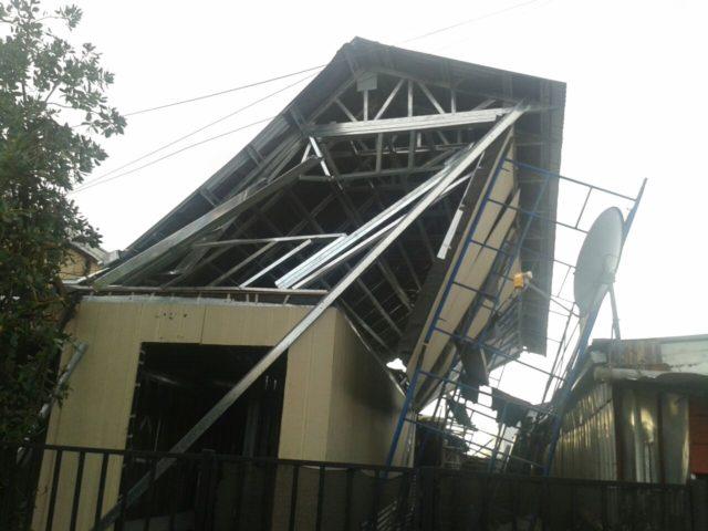 Vecinos de Los Ángeles se manifiestan acusando mediocre construcción