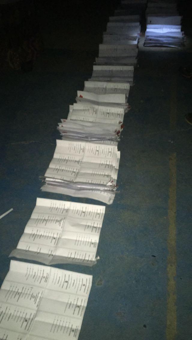 Corte de luz obliga a contar votos casi a oscuras