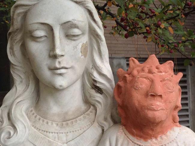 Artista intenta restaurar estatua de Jesús en la iglesia St. Anne des Pins