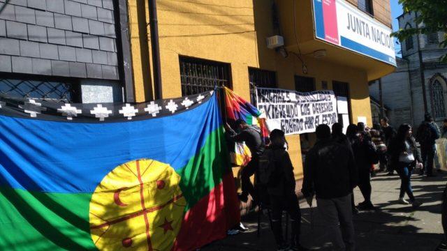 Estudiantes indígenas se toman dirección regional de la Junaeb en La Araucanía