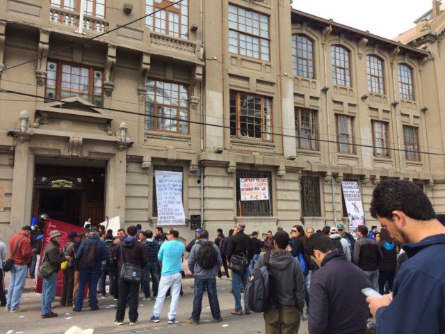 Manifestacion de trabajadores en las afueras de la Universidad Católica de Valparaiso por mejoras laborales