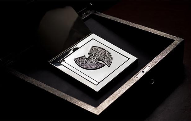 """Así es """"Once upon a time in Shaolin"""". Una caja tallada, un disco doble y un libro encuerado."""
