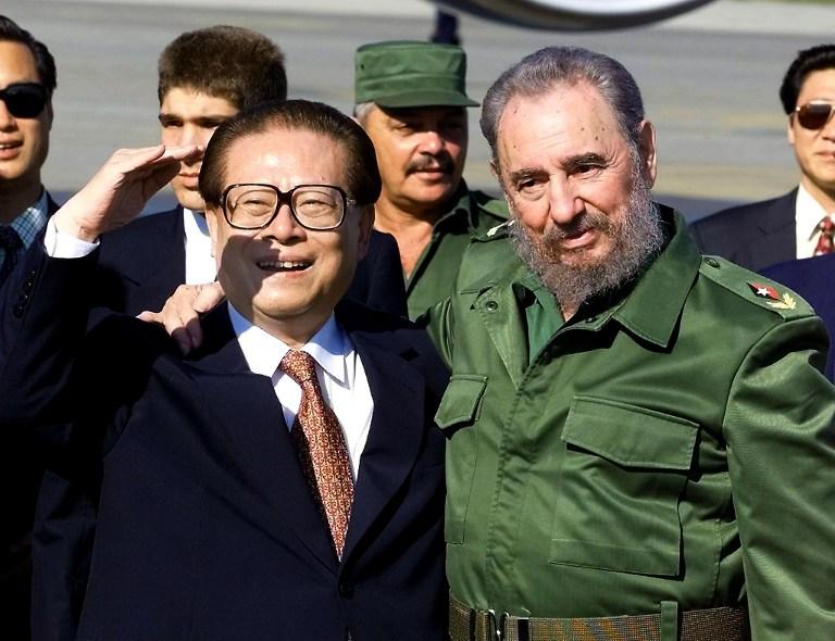 Fidel Castro, con el presidente de China, Jiang Zemin, en 2001 | Agencia France-Presse