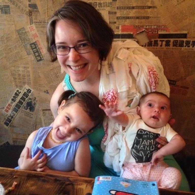 Francie junto a sus dos hijas