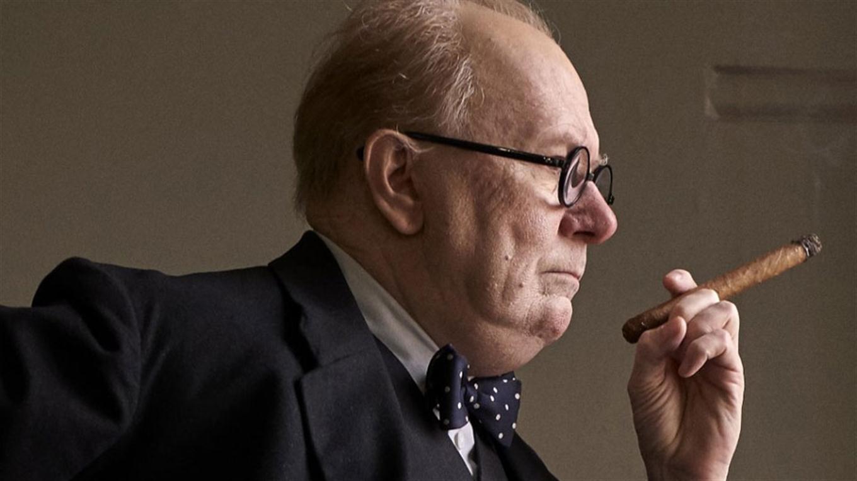 Gary Oldman caracterizado como Winston Churchill