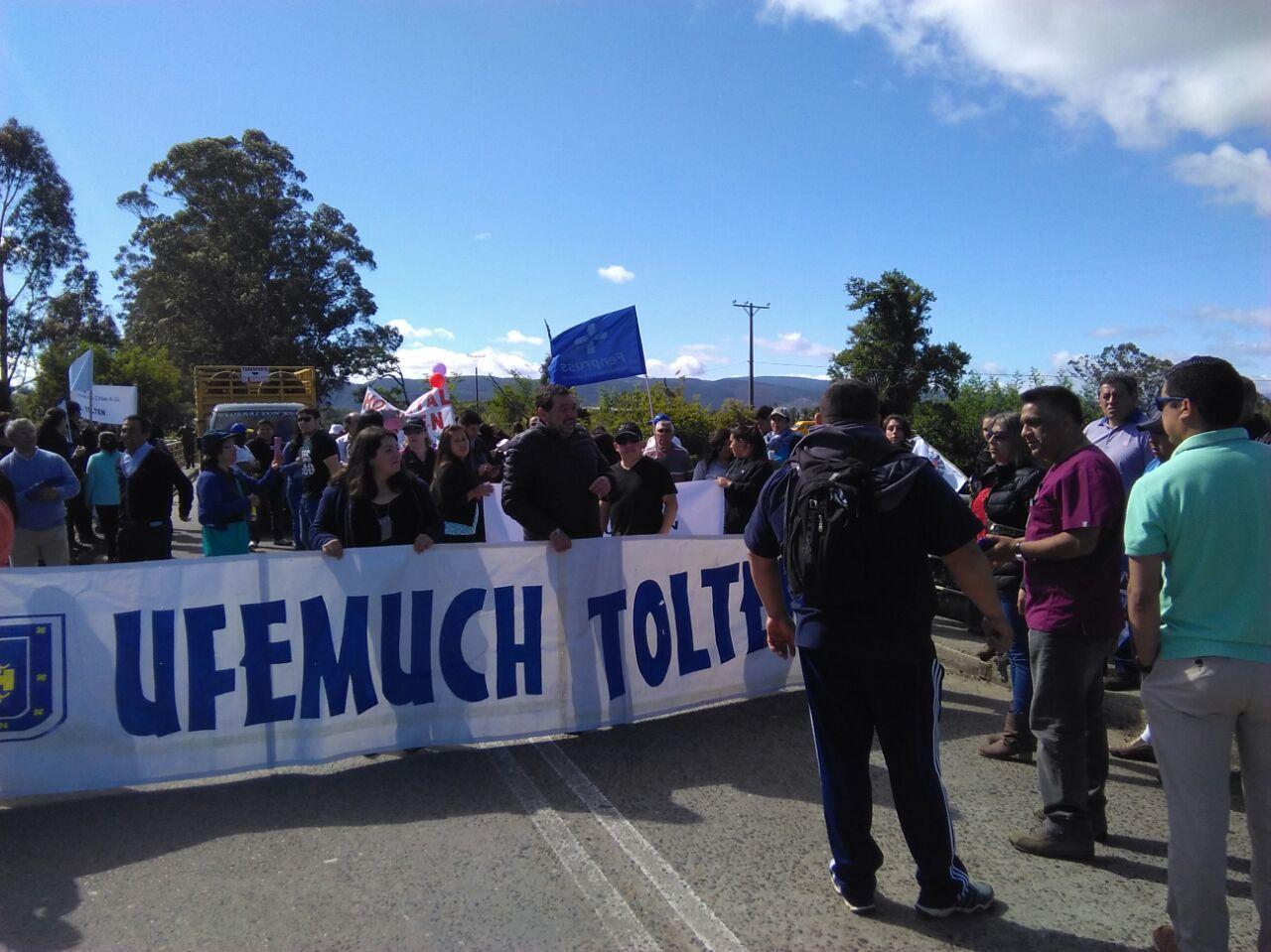 Manifestantes realizan barricadas en puente de acceso a Toltén