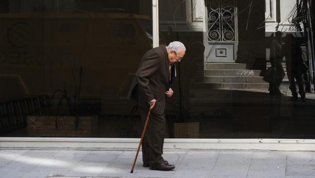 05  de NOVIEMBRE  de 2012/VALPARAISO Un adulto mayor camina con bastón por una  calle principal de Valparaíso. FOTO: PABLO OVALLE ISASMENDI /AGENCIAUNO