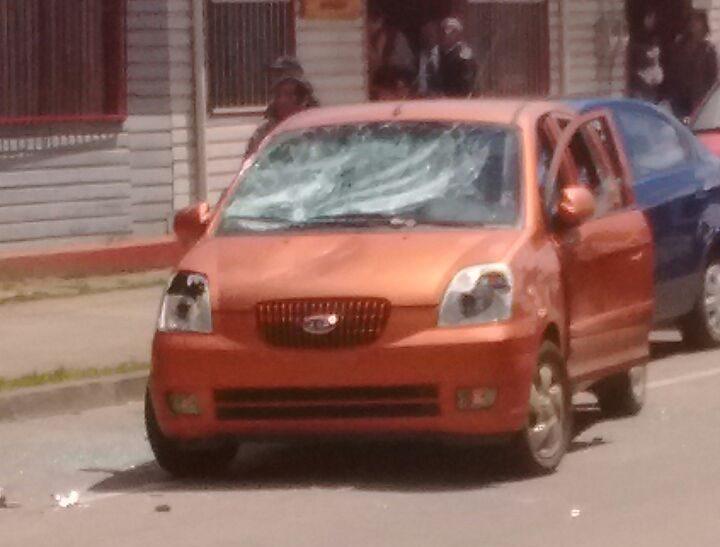 Auto dañado en plaza de Cañete