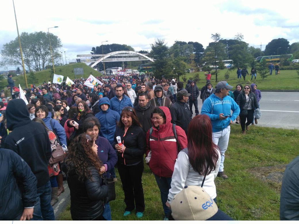 Cerca de 1000 funcionarios públicos bloquean acceso norte a Puerto Montt
