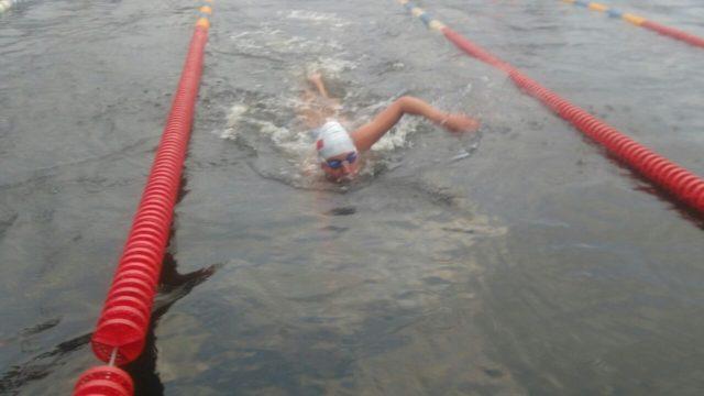 Bárbara Hernández nadando en una de las competencias en Letonia