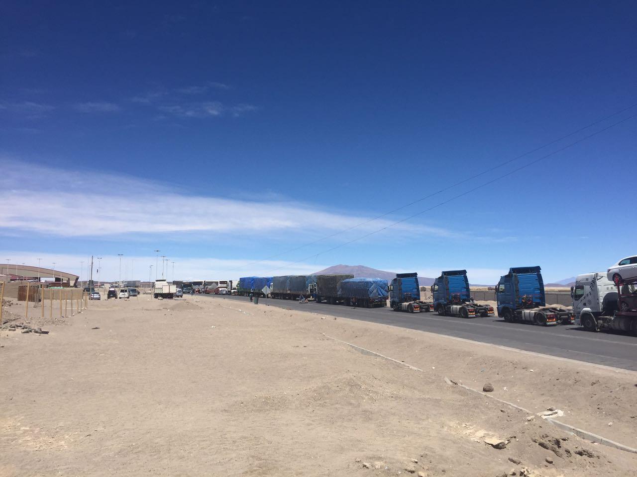 Camiones en la frontera con Bolivia (Tambo Quemado-Chungará)