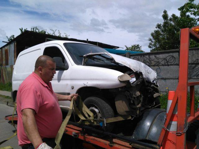Personal de emergencias rescata a víctimas de accidentes entre vehículo particular y otro de la locomoción colectiva en Osorno