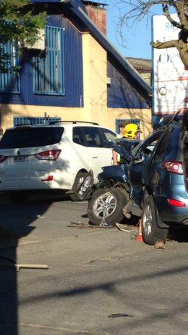 Un muerto dejó accidente a la entrada de San Pedro de la Paz, Bomberos saca el cuerpo del lugar donde camión colisionó.
