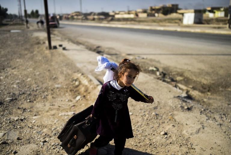 Una niña es parte de los miles de desplazados durante combates contra Estado Islámico.