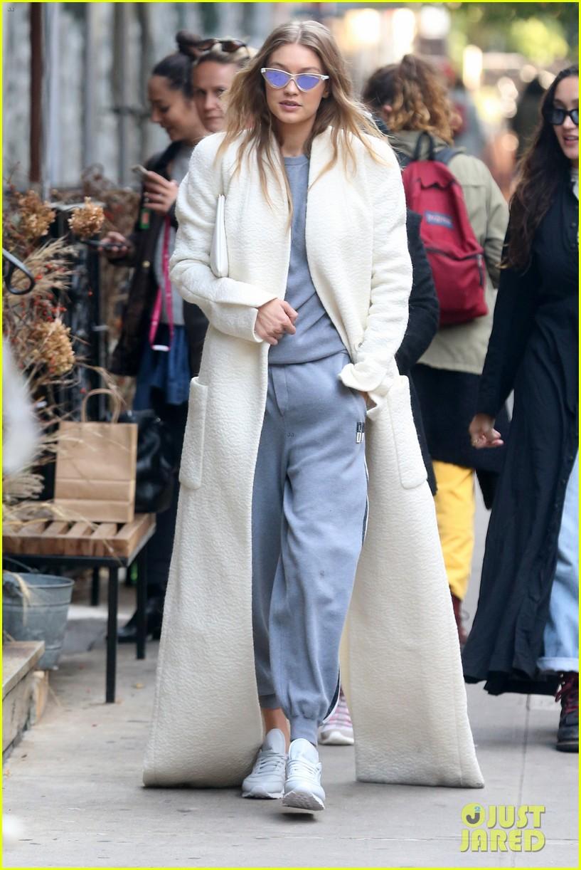 """Gigi Hadid usa abrigos estilo """"batas de dormir"""" y logra lucir elegante"""