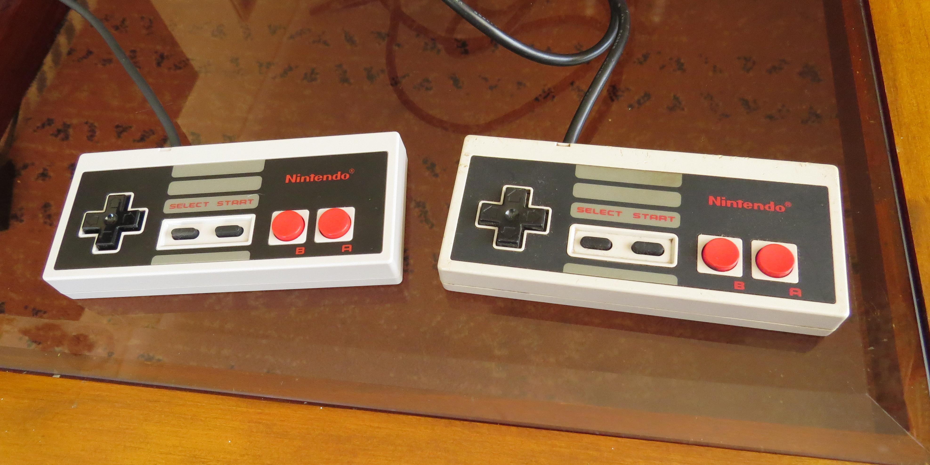 Joystick del NES Mini (izquierda) y del NES original (derecha) | Camilo Suazo | BBCL