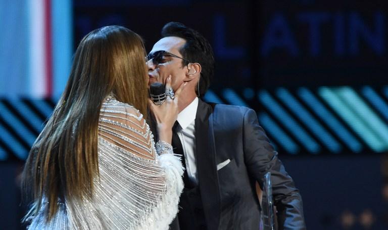 Jennifer López y Marc Anthony sorprenden al besarse en el escenario de los Grammy Latino