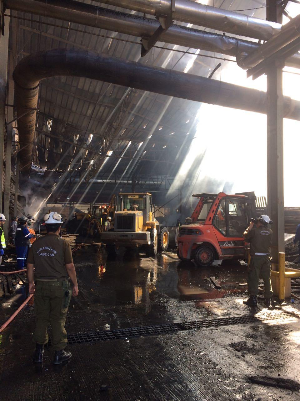 Maquinaria quemada y escombros dentro de la bodega