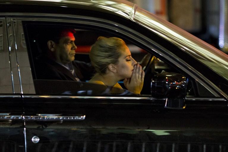 Lady Gaga llora y protesta contra Trump afuera de su edificio en Nueva York