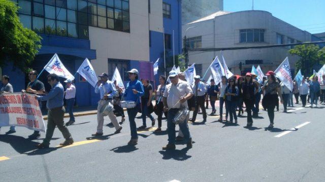 Empleados fiscales se manifiestan en el centro de la ciudad de Concepción en rechazo al reajuste fiscal propuesto por el Gobierno