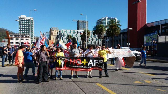 Manifestantes pasan frente a Plaza España en el centro de Concepción contra el sistema previsional.