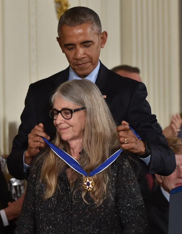 Obama entrega medalla a científica que hizo posible que el Apolo 11 llegara a la Luna