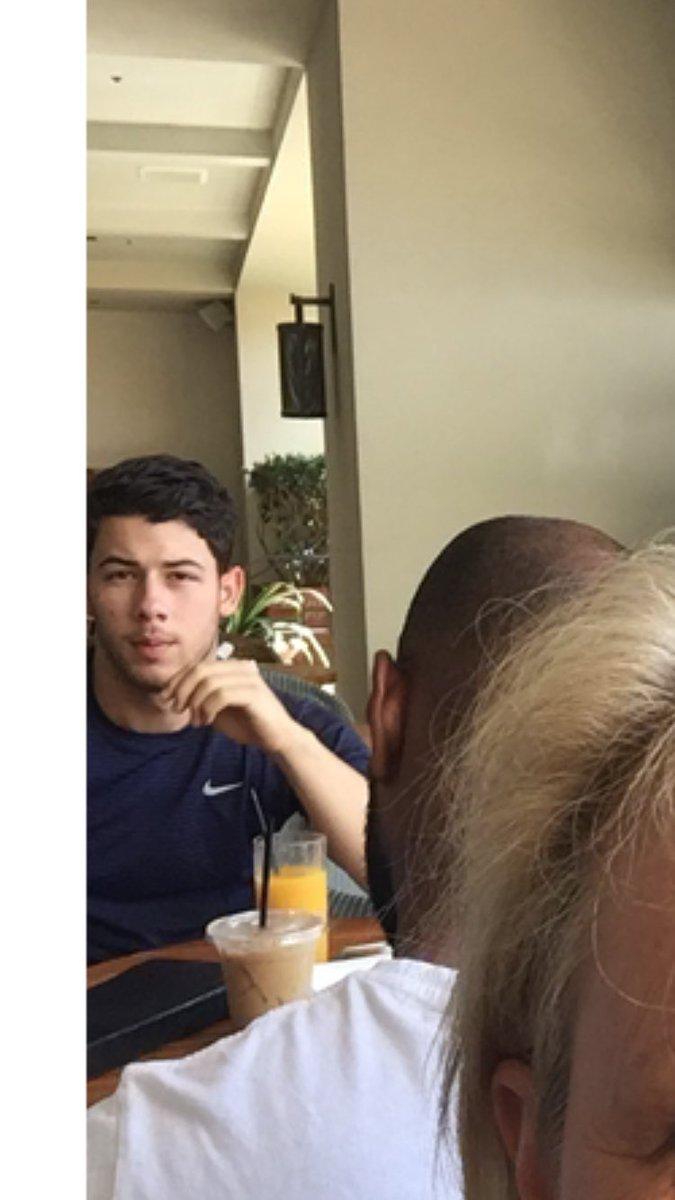 Mujer se tomó selfie durante vacaciones y no notó que Nick Jonas le hizo un photobomb