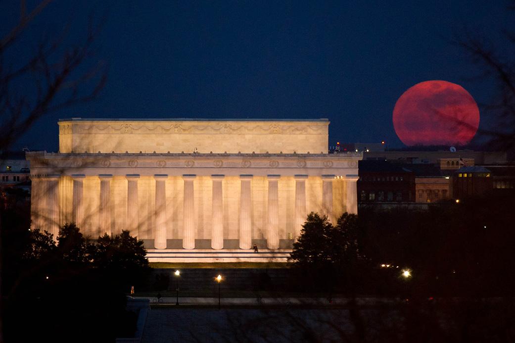 Imagen de una Súper Luna tomada junto al Lincoln Memorial (EEUU) el 19 de marzo de 2011 | NASA/Bill Ingalls