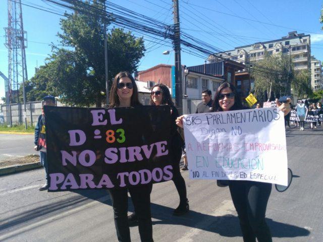 Integrantes de colegios especiales protestan por supuesto cierre de establecimientos por la reforma educacional