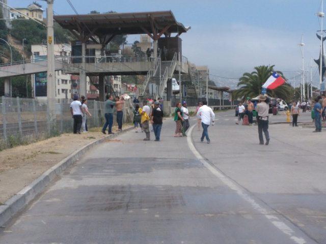 Barricadas se formaron en Valparaíso por descolgados protesta contra sistema de pensiones
