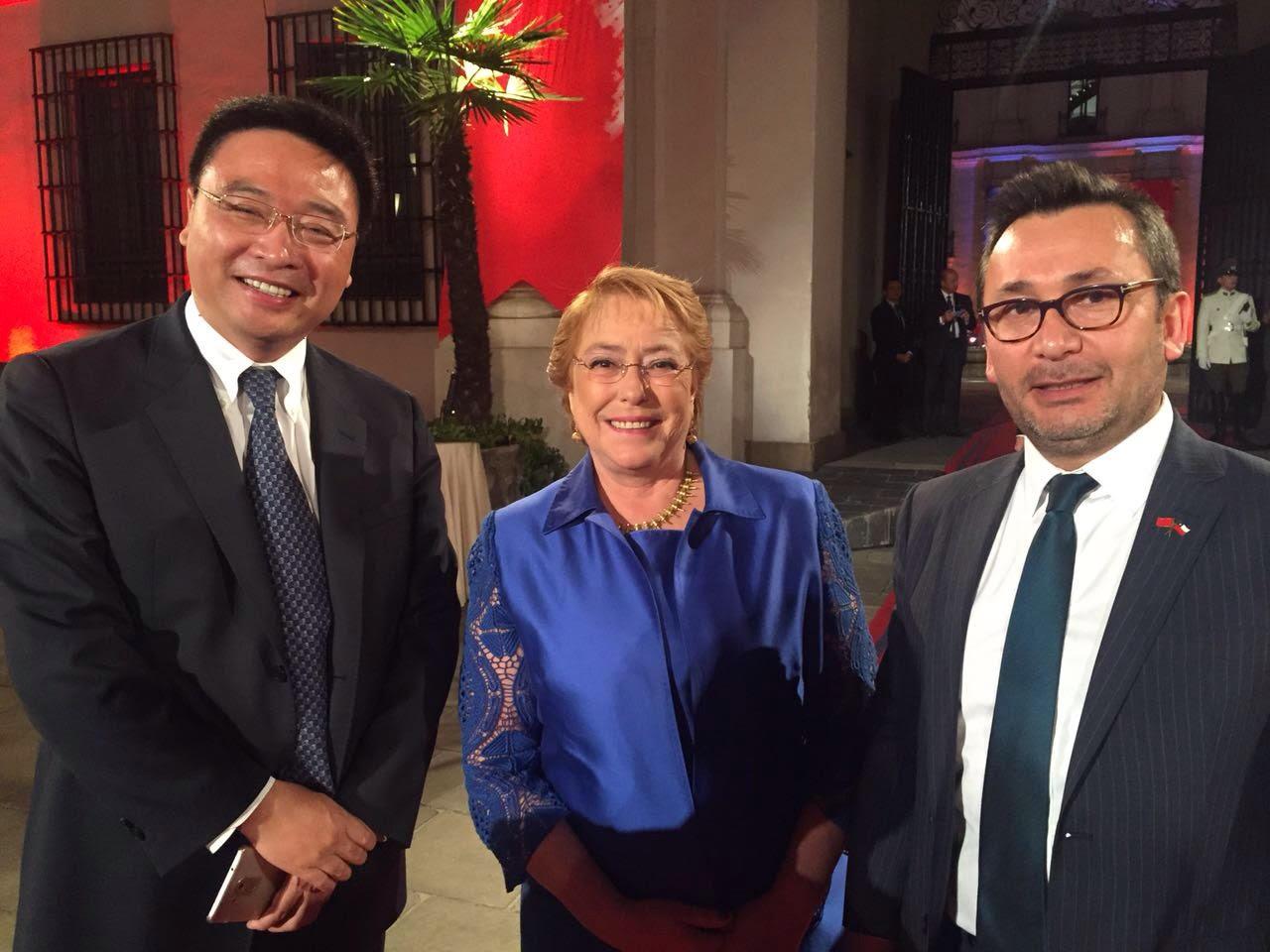Qin Hua (CEO de Huawei), la Presidenta Michelle Bachelet y el gerente de asuntos corporativos de Huawei: Marcelo Pino