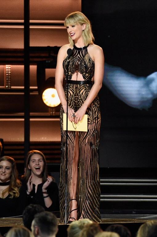 """Taylor Swift deja atrás imagen de """"niña buena"""" con atrevido vestido con transparencias"""