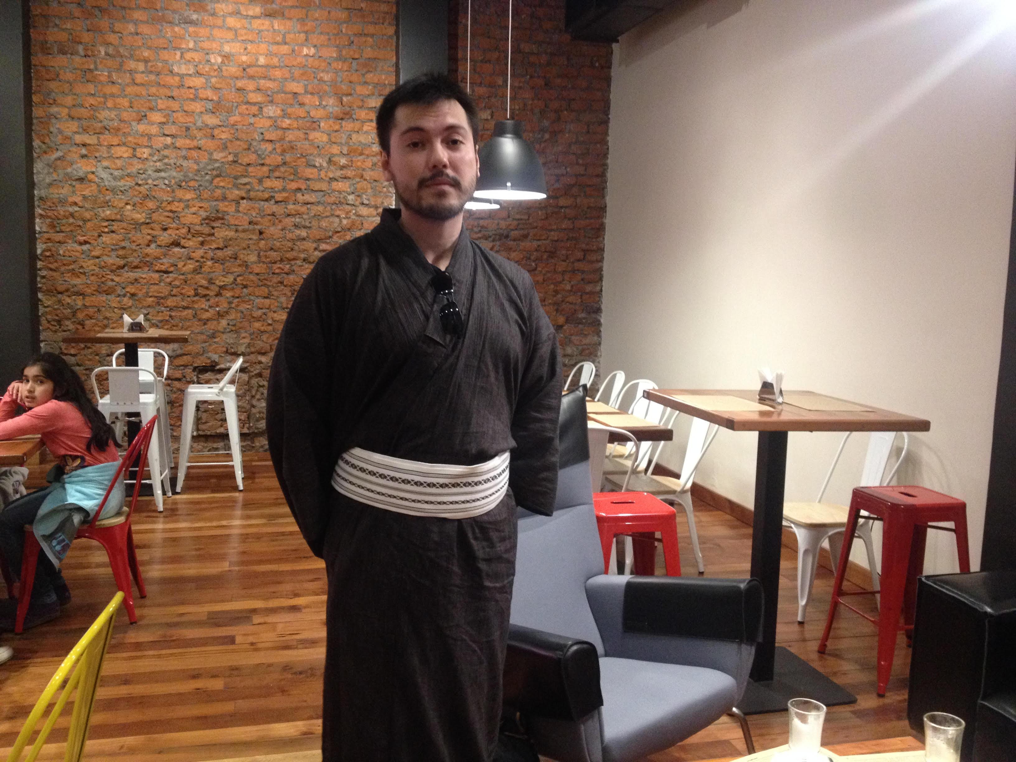 El joven Masami Hayashi posando en el café-salón Los Gioco | BBCL