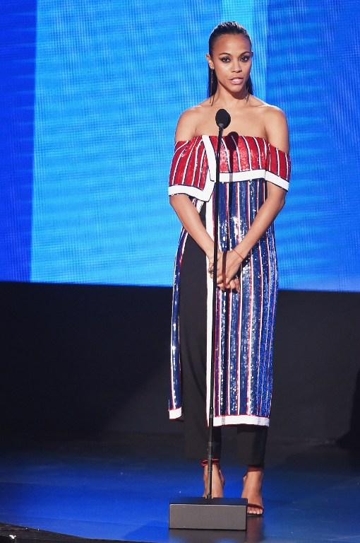 Zoë Saldana luce extraño atuendo y queda entre las peores vestidas de los AMAs