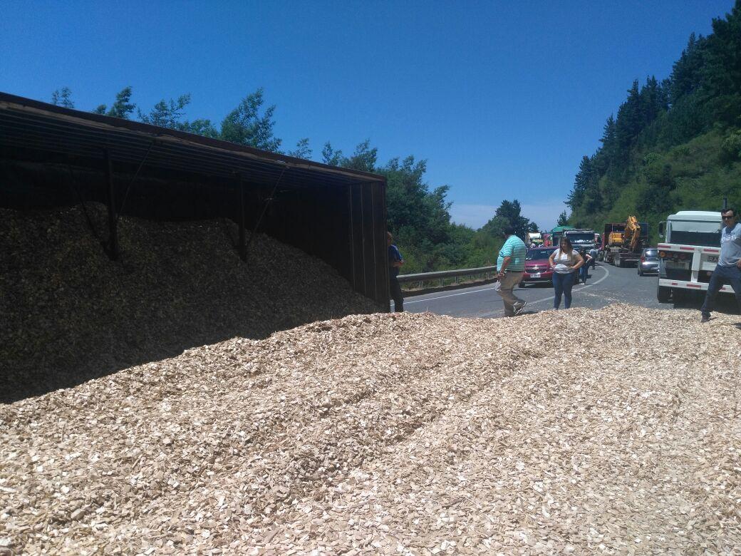 Camión que volcó su carga