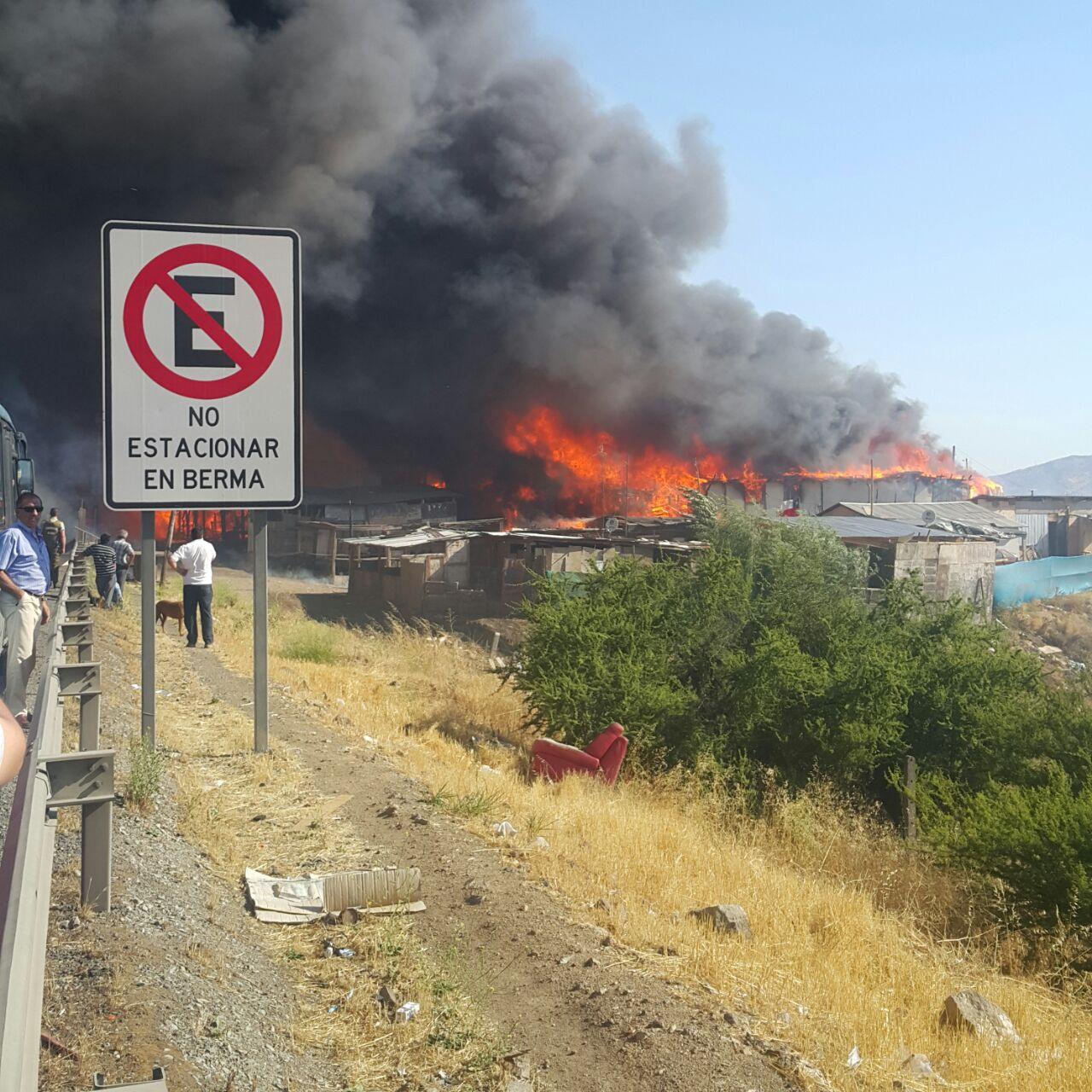 Incendio arrasó campamento Las Totoras en Quilicura