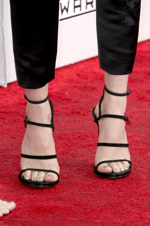 Bella Thorne fue a premiación sin depilarse las piernas y la criticaron: esto respondió
