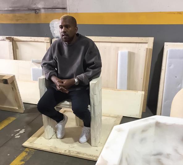 Kanye West reaparece con cambio de look tras salir del hospital