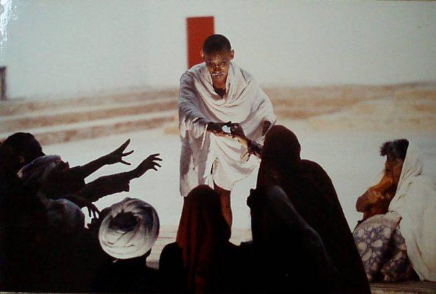 Andrés Pérez como Ghandi   fundacionteatroamil.cl