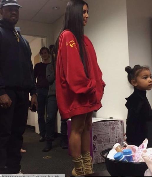 Kim Kardashian causa polémica por usar polerón con símbolo comunista