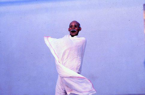Andrés Pérez como Ghandi | fundacionteatroamil.cl